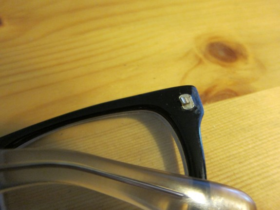 Broken glasses hinge