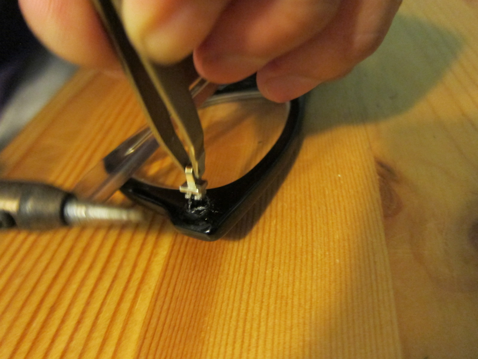 inserting the replacement hinge